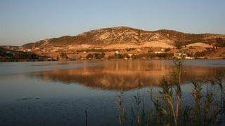 H λίμνη των Καθαρμών, που αονομάστηκε Κουμουνδούρου γιατί ηταν δίπλα στο κτήμα του (από GATZMAN, 12/09/08)
