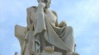 Το αγαλμα του Σωκράτη στην Ακαδημία Αθηνών, βλέποντας κόμματο να διέρχεται από τη λεωφόρο, αναφωνεί σε απταιστα νεοελληνικά:Πω ρε πούστη...σαράντα χρόνια βαρελάς, τέτοιο πάτο δεν ξαναδα. Ερώτηση γράφοντος:Ηταν ο Σωκράτης βαρελοφιλόσοφος;    (από GATZMAN, 09/10/08)