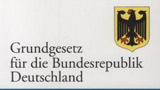 Το πιο πρόσφατο Σύνταγμα της Βαυαρίας, στο οποίο διατηρείται ο Μεσαιωνικός νόμος ότι κάθε πολίτης, όσο φτωχός κι αν είναι, δικαιούται ορισμένα λίτρα μπύρας ημερησίως.... (από xalikoutis, 27/11/08)