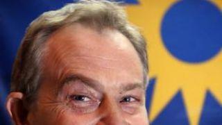 Ο (μ)πουστρόνι Μπλαιρ γελάει για κάποια πρωκτυπουργική του ενέργεια. (από Lafkadio, 03/02/09)