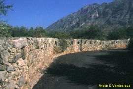 Το τείχος στη Βέργα.Μ΄χαη δοθηκε απο δω ή κάτι άλλο θέλουν πουν οι τρύπες στις πέτρες .Σημειολογικό ή όχι (από GATZMAN, 03/02/09)