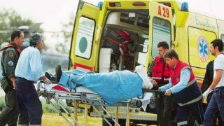 Ο μαθητής του Πάνου Κώστας Μακεδόνας μεταφέρεται στο ΚΑΤ μετά την πτώση του επικοπτέρου του. Αντί να παρακολουθεί τον Sensei του, τον ποντοδοτούσε στο slang.gr (από Vrastaman, 09/02/09)