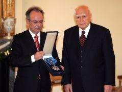 Ο Παπούλιας απονείμει στον Σιούφα το μεγαλόσταυρο του τάγματος της τιμής (από GATZMAN, 29/03/09)