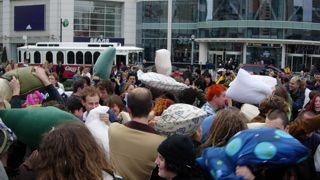 Η μπαχαλοφλασιά με τις μαξιλαρομαχίες. (από Hank, 28/03/09)