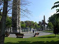 Η περιοχή του ιπποδρόμου της Κωνσταντινούπολης, όπως είναι σήμερα. Η φωτό αυτή μπαίνει εδώ λόγω του ότι, ο οβελίσκος, στο βάθος, παραπέμπει στη στύση του Νίκα  (από GATZMAN, 08/05/09)