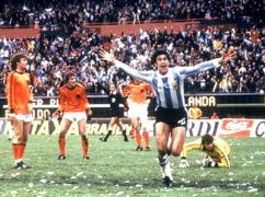 O Mάριο Κέμπες πανηγυρίζει το 3-1 επί της Ολλανδίας στον τελικό του Μουντιάλ του 1978. Στο γκαζόν του γηπέδου, διακρίνεται η παοκάρα. (από allivegp, 19/10/09)