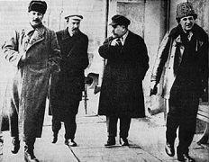 Ο Σύντροφος Ζηνόβιεφ (πρώτος από δεξιά) (από allivegp, 31/10/09)