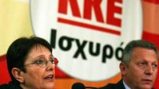Δίπλα στην Παπαρήγα την καλή, ο μόνος ίσως κουστουμαρισμένος & γραβατωμένος βουλευτής του ΚΚΕ. Ο Θανάσης Παφίλης (από GATZMAN, 05/11/09)