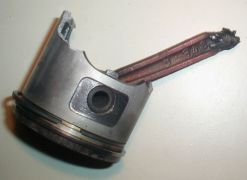 Κατεστραμμένο έμβολο (πιστόνι) και διωστήρας (μπιέλα). (από patsis, 07/05/10)