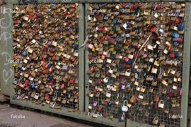 """Wiki: """"Love padlocs [...] sweethearts affix padlocks to a fence or similar public fixture to symbolize their everlasting love"""". (από Galadriel, 08/07/11)"""