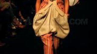 Haute couture εμπνευσμένη από τους Sans culottes- ξεβράκωτους της Γαλλικής Επανάστασης. (από Khan, 25/10/11)