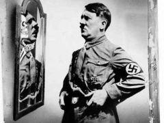 \'Spieglein, Spieglein an der Wand, wer ist der Stärkste im ganzen Land? Die Krise\' (24.8.1933 John Heartfield) (από HODJAS, 25/11/11)