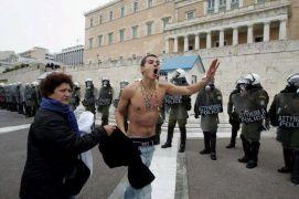 Έξω από τη βουλή - ο γιόκας της κρυώνει... (από Galadriel, 12/02/12)