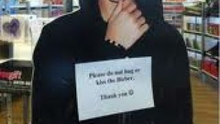 """Please do not hug or kiss the Bieber. Thank you!"" (από Khan, 11/06/12)"