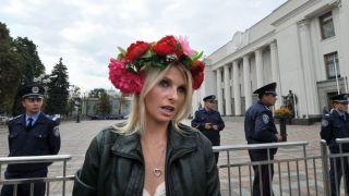 Πορνοστάρ- σκυλί ατάιστο με το χαρακτηριστικό καλλιτεχνικό όνομα W(h)iska. Εδώ σε ακτιβιστικό στιγμιότυπο με τις Femen, καθώς διώκεται για πολιτικούς λόγους στην Ουκρανία. (από Khan, 25/12/12)