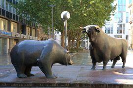 Αγάλματα στο Χρηματιστήριο της Φρανκφούρτης (από Khan, 22/12/12)