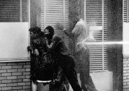 """Μπέρμινγχαμ, Αλαμπάμα, 1963: """"νεράκι του θεού"""" σ\' αυτούς τους ενοχλητικούς μαύρους που ζητάνε ισότητα και πολιτικά δικαιώματα. Δεν είναι καν υδροβόλο, είναι πυροσβέστες με αντλία στο χέρι. (από Pirate Jenny, 14/01/13)"""