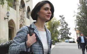 Η Ντέλια Βελκουλέσκου από τα Καρπάθια, εκπρόσωπος του Δ.Ν.Τ. στην Κύπρο, που ακούει στο παρατσούκλι Δρακουλέσκου. (από Khan, 21/03/13)