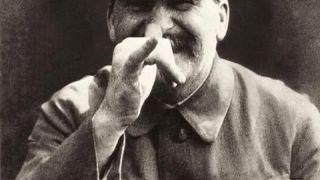 Ο Στάλιν κάνει κοροϊδευτικές γκριμάτσες στον Τρότσκι (από Khan, 16/04/13)