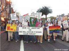 Από σάτιρα υποτιθέμενης διαδήλωσης τύπου Gaystapo. (από Khan, 08/04/13)