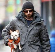 """""""Άντρες που βγάζουν βόλτα σκυλάκια τσέπης"""" (από Khan, 27/07/13)"""