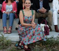 """Η Φανή Σπυριδάκη από το """"Ποτάμι"""" με φλοράλ φόρεμα και ό,τι νάνε τακούνια σχολιάστηκε ως κουμπαρομπεμπέκα στα σόσιαλ μήδια. (από Khan, 07/05/14)"""