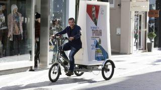 Ο Σταύρος Θεοδωράκης με βίντατζ τρίκυκλο στην Τρίπολη. (από Khan, 08/12/14)