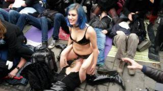 """""""Καθιστική"""" διαμαρτυρία στο Λονδίνο για την απαγόρευση του face-sitting στο αγγλικό πορνό. (από Khan, 12/12/14)"""