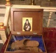 Σε ιερό προσκύνημα οι παντόφλες του Παΐσιου ΕΛΕΗCON! (από soulto, 27/03/15)
