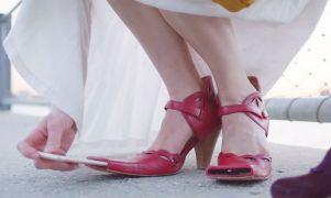 Αυτά τα παπούτσια έχουν τοποθετήση μια προσθήκη στη μύτη του παπουτσιού που λειτουργεί ως θήκη για smartphone, επιτρέποντας στις γυναίκες να χρησιμοποιούν τα πόδια τους για να τραβούν selfie (από soulto, 01/04/15)