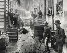 Οι φωτογραφίες του Τζέικομπ Ρη καταδεικνύουν τη βρώμα της Νέας Υόρκης του 1880. Οι τραχείς φωτογραφίες βγαλμένες με φλας …. Φαίνονται όμορφες χάρη στη δύναμη των θεμάτων τους, σκληροτράχηλοι άμορφοι κάτοικοι των φτωχογειτονιών της Νέας Υόρκης…» Πηγή: www.lifo.gr