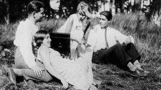 Βερολινέζοι της εργατικής τάξης κατά τη διάρκεια της Κυριακάτικης εξόδου τους (από την ταινία του Ρόμπερτ Σίοντμακ Menschen am Sonntag, 1929) Πηγή: www.lifo.gr