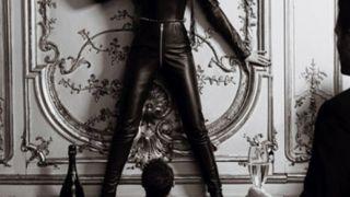 Η Claudia Schiffer ποζάρει ως δομινάτριχη για διαφήμιση του Dom Perignon (pun intended)