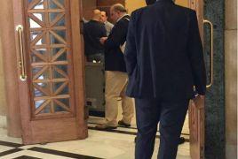 Εικόνα βουλευτών και υπουργών του ΣΥΡΙΖΑ που περιμένουν στην ουρά στο ΑΤΜ της Βουλής