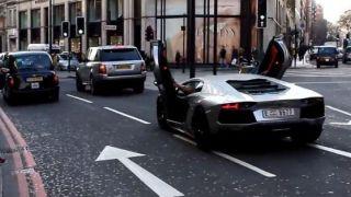 Άραβας Ποζεράς, κυκλοφορεί στο Λονδίνο με ανοικτές τις πόρτες της Aventador