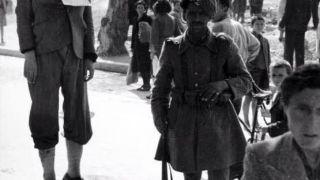 Αθήνα 1943, γερμανοτσολιάς φωτογραφίζεται δίπλα σε απαγχονισμένο νεαρό (για όσους ηλίθιους ζητάνε γενικώς κρεμάλες)