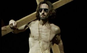 Έργο του Jan Fabre (ο ίδιος κάτω απ' τον σταυρό). Ο Fabre είναι ο νέος διευθυντής του Ελληνικού Φεστιβάλ