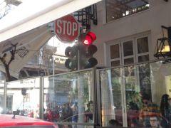 Σαλόνικα ρε φίλε! Τί σε νοιάζει το φανάρι; Το μαγαζί σου να καλύψεις για να πίνουν οι πελάτες καφεδάρες..